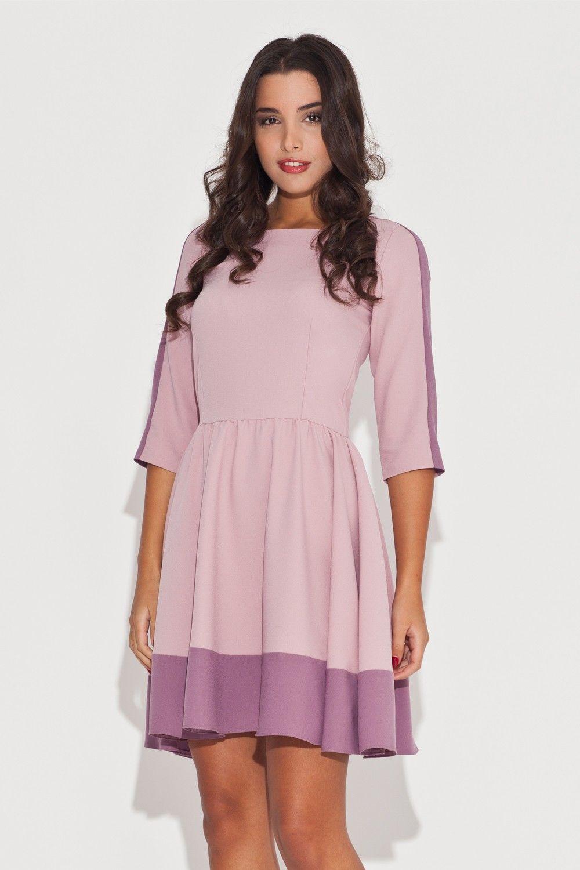 Elegancka różowa sukienka z rękawem 3/4 z kolorowymi lamówkami